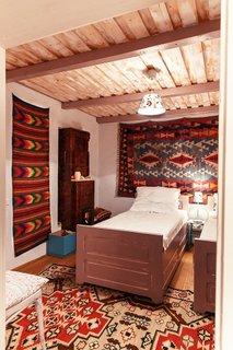 Dormitor ingust amenajat in stil traditional romanesc