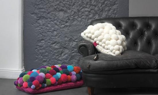 Canapea neagra de piele cu pernute si pampoane colorate handmade