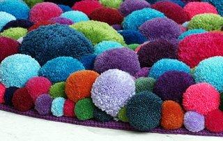 Covor realizat handmade din pampoane colorate