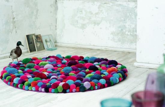 Interior cu covor colorat realizat din pampoane moi