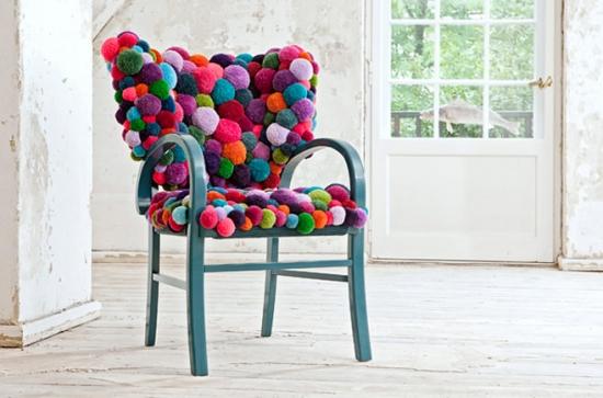 Interior vintage cu scaun imbracat cu husa din pampoane colorate handmade