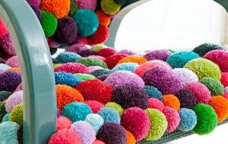 Pampoane moi multicolore pentru realizarea unui covor handmade