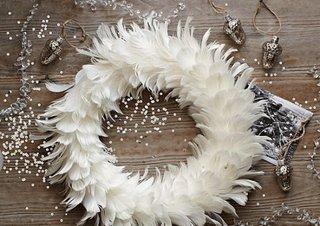 Coroana pentru Craciun realizata din pene albe