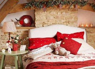 Dormitor cu perete placat cu piatra naturala cu ornamente pentru sarbatorile de iarna