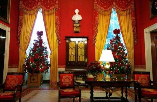Living zugravit cu rosu decorat clasic pentru Craciun