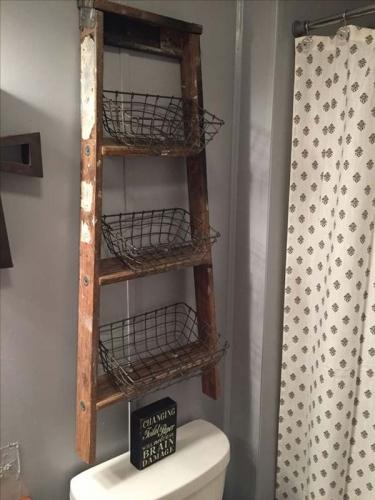 Scara veche refolosita in baie ca suport pentru etajere