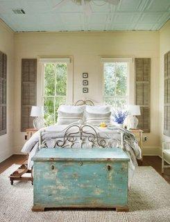 Bancuta asezata in fata patului din dormitor