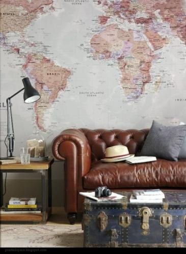 Canapea din piele maro model Chesterfield si cufar vintage albastru