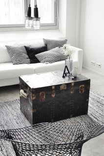 Cufar decorativ in living amenajat in stil scandinav