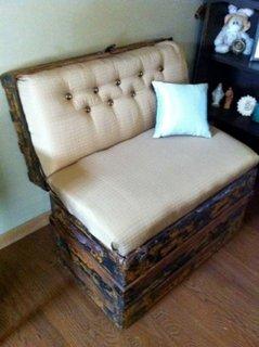 Cufar vintage transformat in canapea mica de 1 loc