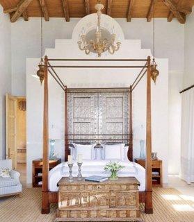 Dormitor amenajat in stil marocan cu cufar din lemn cu incrustatii