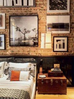 Dormitor cu perete placat cu caramida aparenta