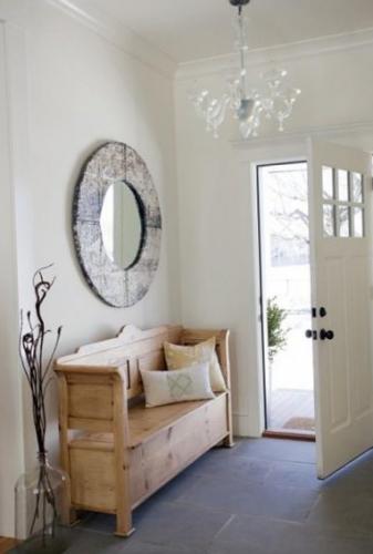 Bancuta din lemn natur cu perne decorative amplasata in holul de la intrare