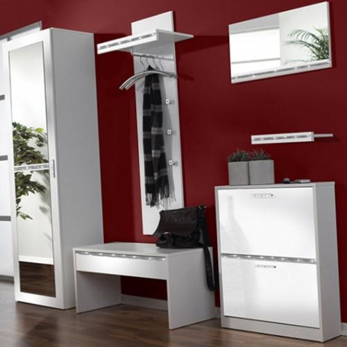 Perete de hol vopsit cu visiniu inchis si mobilier alb