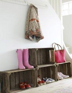 Stilul eco pentru amenajarea holului cu ladite din lemn ca si pantofare