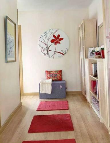 Varianta pentru amenajarea unui hol lung si ingust cu parchet deshis la culoare