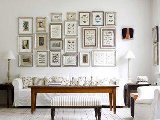 Canapea alba cu husa detasabila cu colectie de tablouri pe perete
