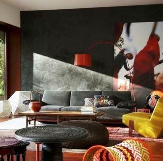Canapea gri asortata cu perete gri inchis