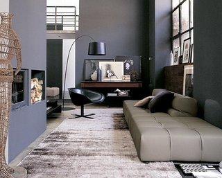 Canapea gri asortata cu peretii gri carbon si covorul gri deschis