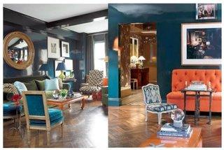 Canapea portocalie si pereti albastri si canapea verde frunza pe pereti albastru paun