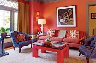 Canapea rosie cu perete de contrast rosu