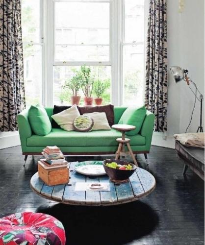 Canapea verde in living cu parchet negru
