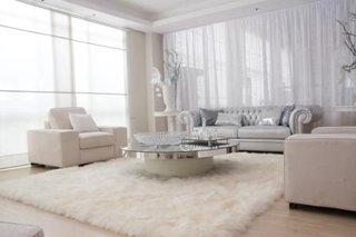 Living alb cu canapea din piele alba