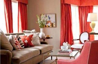 Living crem cu draperii rosii si canapea asortata cu peretii