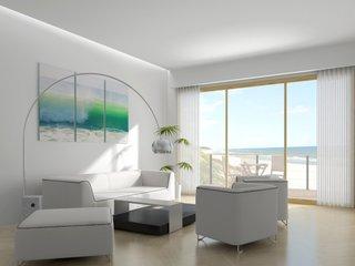 Living cu canapea si fotolii albe si lampa de podea cu design intereant