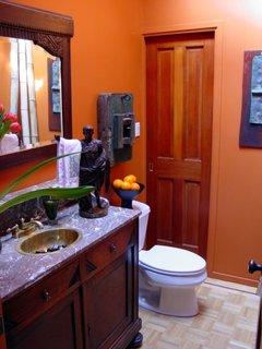 Baie mica portocalie cu chiuveta cu masca din lemn culoare wenge