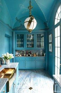 Bucatarie cu pereti si mobila bleu