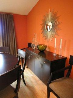 Combinatie de living cu mobila wenge si pereti portocalii