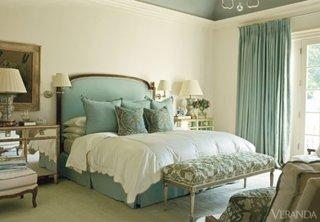 Dormitor cu pat bleu pal si draperii asortate
