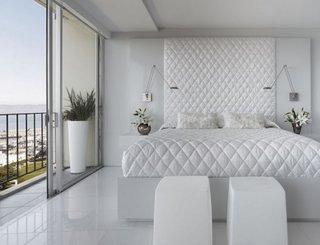 Dormitor decorat in intregime cu alb