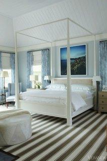Dormtior cu mobila alba si draperii bleu cu motive florale