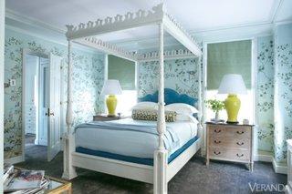 Dormtior mic cu tapet bleu cu model si pat alb cu baldachin