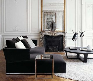 Living clasic decorat cu canapea si fotolii negre