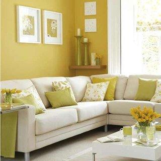 Living cu canapea alba si perne decorative galbene
