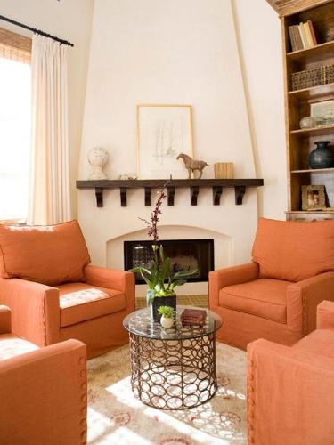 Living cu fotolii portocaliu teracota