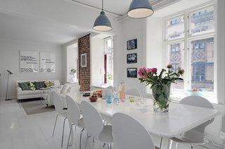 Living open space alb si lustre albastru gri