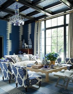 living superb clasic cu scaune tapitate cu bleu si alb si tavan cu lemn si tapet albastru