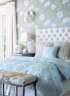 Dormitor cu tapet cu model floral albastru deschis cu alb si cafeniu