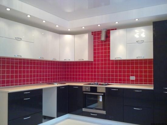 Bucatarie cu pereti rosii