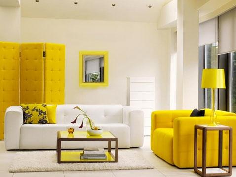 Camera de zi cu pereti albi si mobilier galben mustar