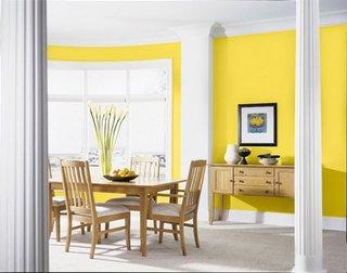Decorare bucatarie in galben alb si mobilier de lemn