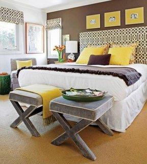 Dormitor cu perete de accent maro ciocolata si accesorii galben mustar