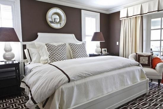 Dormitor cu pereti maro ciocolata si mobilier alb si negru