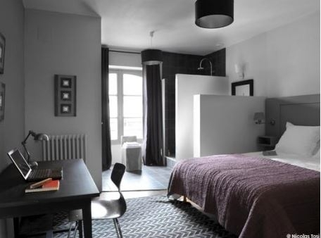 Idee amenajare dormitor in nuante de gri si negru cu alb