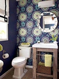 Baie mica cu tapet bleumarin cu flori mari colorate