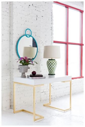 Design industrial cu alb si accente colorate subtile de albastru galben si rosu